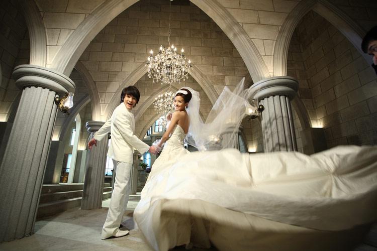 欧式婚纱照片欣赏-A9婚纱照 占地面积5000余平方米超大影城,巨资打造摄影空间,它以高雅、奢华的欧式宫殿建筑,时尚简约的韩式风潮、浪漫妩媚的普罗旺斯风情,满足不同新人的需求。